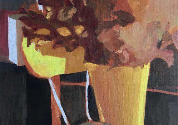 Gele vaas op gele stoel